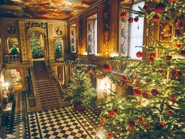 "<img scr>""chatsworthatchristmaspaintedhall.jpeg"" alf=""Chatsworth Painted Hall""/>"