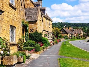 "<img src=""broadway_cotswolds_village©shutterstock.jpeg"" alt=""Cotswolds""/>"
