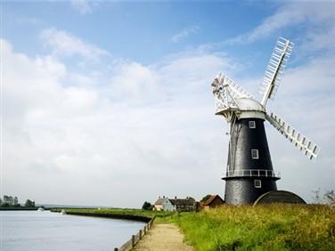 "<img src=""norfolk_broads©shutterstock.jpeg"" alt=""Norfolk""/>"